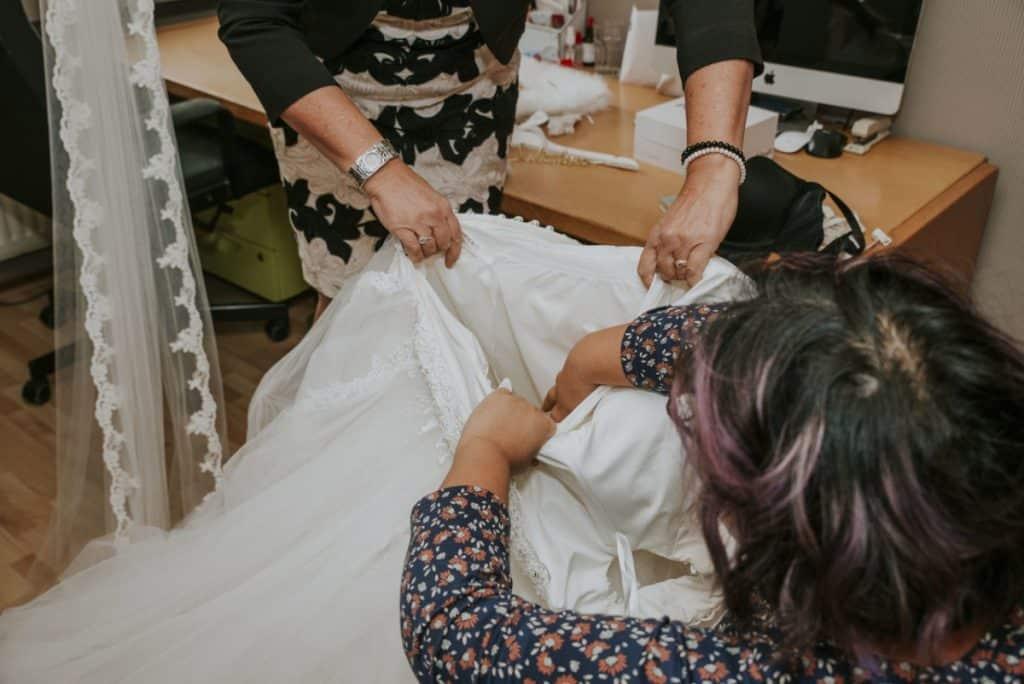 Bruidsmakeup | Bruidskapsel | Make-up | Hairstyling Extra-Service-bij-het-aankleden-Beautiful-Morning-1024x684 makeup gratis extra service bruidsmakeup bruidskapsel aankleden bruidsjurk